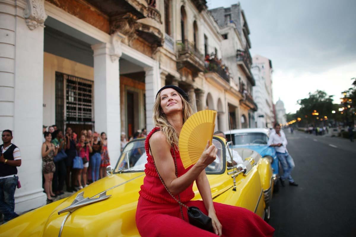 La modelo brasilera y embajadora de la marca, Gisele Bündchen antes del desfile